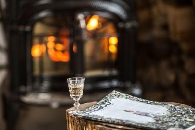 """Une soirée invitante et reposante au coin du feu, avec un verre de """"réduit"""", une liqueur de gin et sirop d'érable !"""