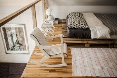 Draps de coton, duvet et oreillers de plumes, catalogne vintage, pour un sommeil réparateur.