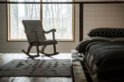 La petite chaise berçante vintage...et la vue sur la forêt.