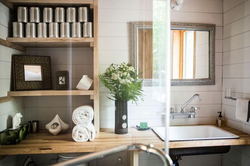 Des cannes de sirop d'érable trône sur l'étagère de bois, en attente d'étiquettes !